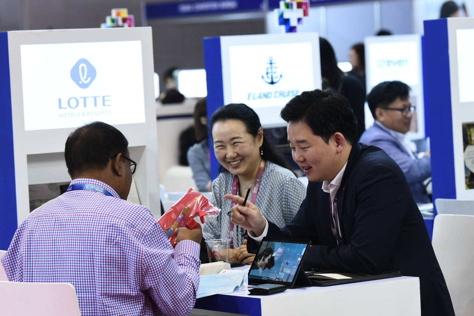 Exhibitors having a meeting with a buyer at IT&CM Asia and CTW Asia-Pacific 2019